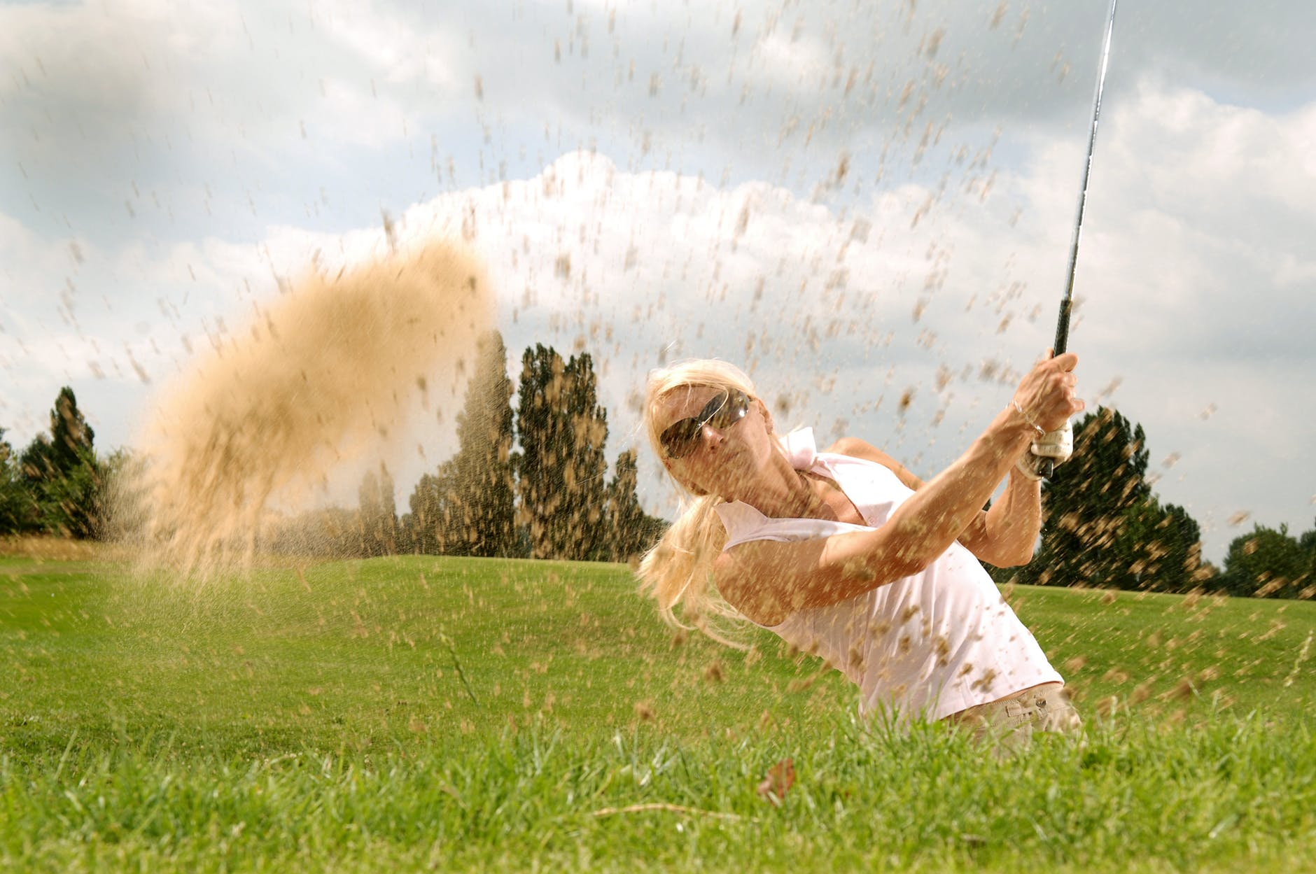 woman playing golf during daytime
